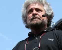 Beppe Grillo sospende 4 esponenti del M5S per le firme false Il consiglio dei probiviri ha sospeso quattro esponenti del Movimento 5 Stelle coinvolti nello scandalo delle firme false per le elezioni comunali di Palermo del 2013. Tra i sospesi anche Giulia Di V #m5s #firmefalse #beppegrillo #palermo