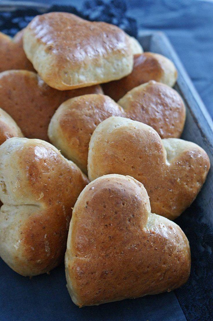 Vil du bjuda någon speciell på en riktigt god frukost på Alla Hjärtans Dag? Baka dessa supergoda och saftiga frallorna.
