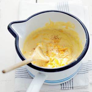 Woensdag 12 september: Recept - Cheddarkaassaus - Allerhande - Lekker over groenten zoals bloemkool, broccoli of witlof.