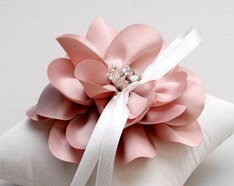 Almohada anillo de boda color rosa portador del por louloudimeli