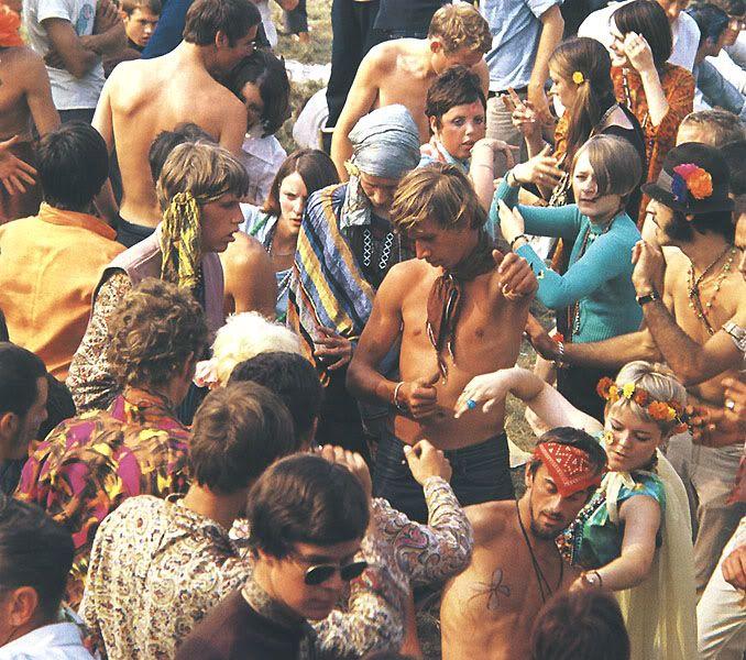 A contracultura juvenil e o movimento Hippie tentam contrariar o colonialismo que impunha a raça caucasiana, incluindo no seu vestuário objetos de outras culturas que não a ocidental. Assim, começam a observar-se bordados da Índia, ponchos sul Americanos bordados à mão e o casaco afegão. Do ponto de vista moral, começa a ser preferido fazer as próprias roupas do que comprá-las às grandes indústrias capitalistas.