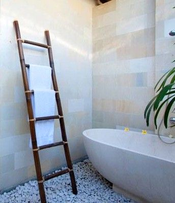Practical and chic at the same time. This bamboo ladder would be a synch to make and adds a big impact to any bathroom.