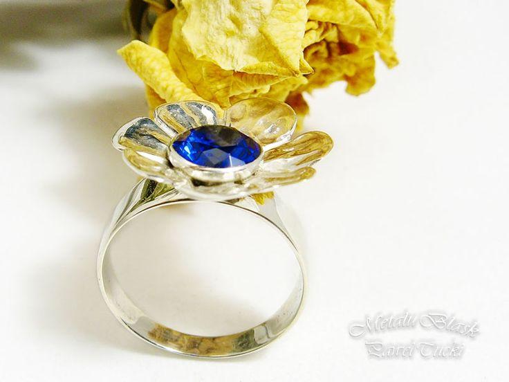 Pierścionek srebrny pr. 925, ozdobiony spinelem w kolorze szafiru o średnicy 7 mm. #Paweł_Tucki #biżuteria_srebrna #jewelry