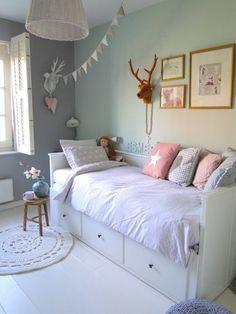 壁の奥側がグレーで手前がミントグリーン。奥に暗い色を配置すると部屋の奥行きが出ます。子供部屋も壁に色を使うことで、よりかわいらしい雰囲気に☆