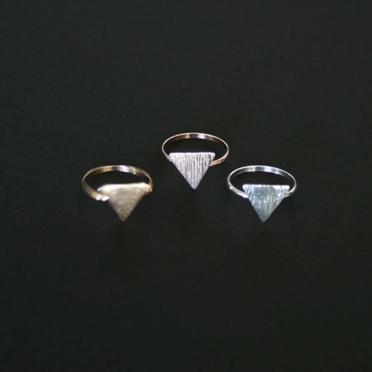 Se vores store udvalg af sjove, unikke, enkle og simple smykker. Ved køb at 3 ringe er prisen 29,25 kr/ring.