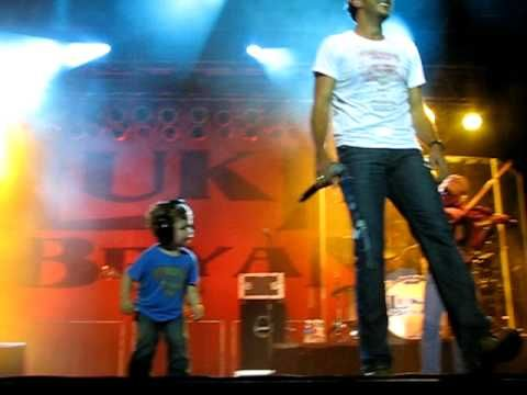"Luke Bryan's son Bo dancing as his daddy sings ""Country Man"" MOST ADORABLE THING EVER!!!!!!!!!"