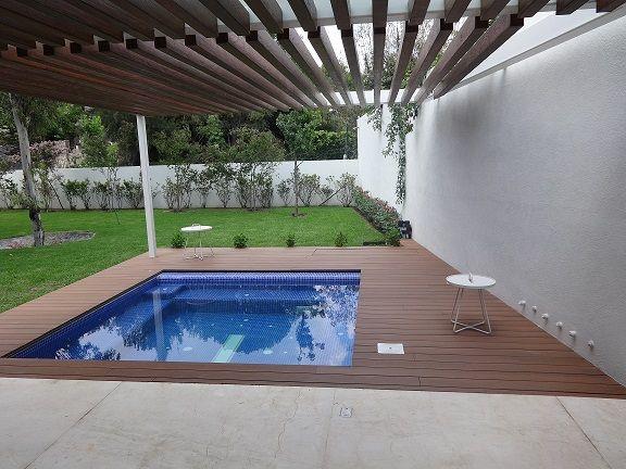 Obudowa basenu z desek kompozytowych Premium WPC to minimum pielęgnacji i żadnych drzazg. / Composite Premium WPC pool decking is a low-maitenance solution and no splinters!