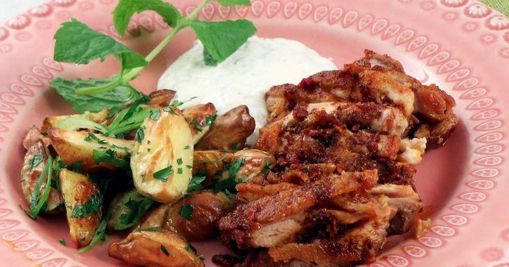 Stekt, kryddig kycklinglårfilé som serveras med örtig klyftpotatis och fräsch yoghurtsås med mynta.