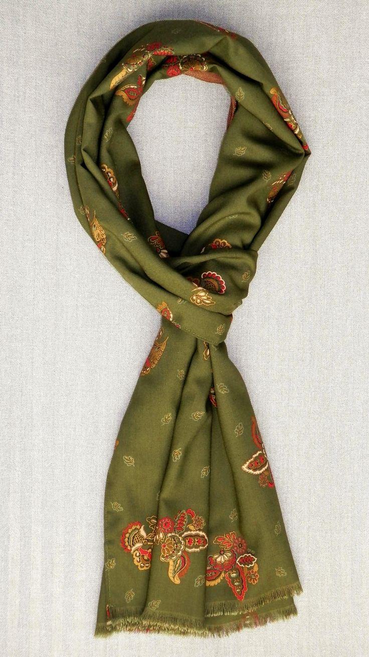 Bufanda reversible estampado clásico verde oliva http://lookbylyly.com/la-coleccion/hombre/