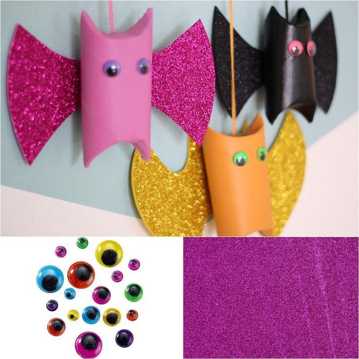 Gör roliga fladdermöss av toalettpappersrullar! Du behöver: rullar, hobbyfärg, dekorgummi, runda ögon och snöre. #panduro #pyssel #halloween #panduropyssel #pandurohalloween #fladdermöss #dekorgummi #toarullar