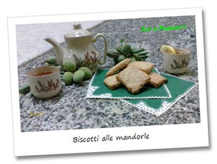 Questi frollini sono dolci estremamente semplici ma ricchi di gusto, donato dall'inconfondibile aroma della farina integrale unita a quello dalle mandorle. Ideali in ogni momento della giornata, magari accompagnati al tè o al caffè, oppure al termine di un pasto, come si usa qui in Sardegna, inzuppati in un bicchiere d'ottimo vino bianco.  http://ajoapappai.blogspot.it/2014/07/biscotti-alle-mandorle-almonds-cookies.html