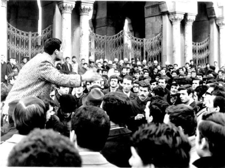 İstanbul üniversitesi kapısı, Deniz Gezmiş konuşma yaparken.. 1968