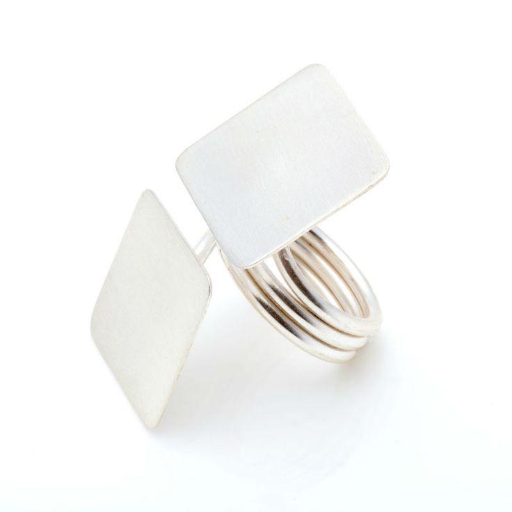 Espectacular anillo Boho 2 cuadrados, de plata de 1ª Ley. Muy favorecedor y elegante para llevar en cualquier ocasión. Unidad limitada.