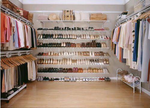 Uma solução acessível para closets é o uso de aramados