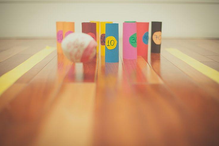 É possível fazer uma competição de boliche em casa usando rolinhos de papelão, papel colorido e uma bola de meia. Para tornar o desafio ainda mais animado, estabeleça pontos para cada um dos pinos