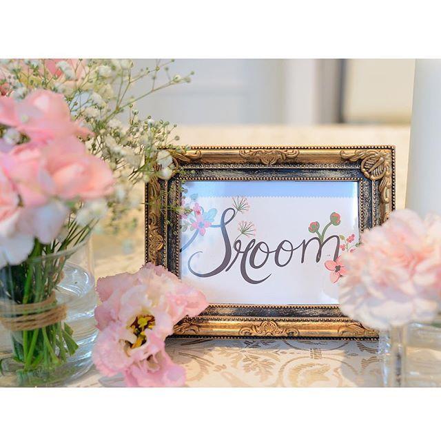 . #高砂サイン groom ver♡ igでよく見る100均のアンティークっぽい ゴールドのフォトフレームに #weddingchicks の無料テンプレートを 印刷して入れました。 . お花の文字が高砂装花と合ってていい感じ♡ . #プレ花嫁卒業 #卒花嫁  #高砂装飾 #高砂装花 #かすみ草ウェディング #花嫁diy #結婚式diy #100均フォトフレーム #アンティークフレーム #groomサイン #ウェディングソムリエ #ハナコレストーリー #marryxoxo #marry花嫁 #juno4u #farnyレポ #みんなのウェディング #bridesup #5cco_girlz #日本中の花嫁さんと繋がりたい