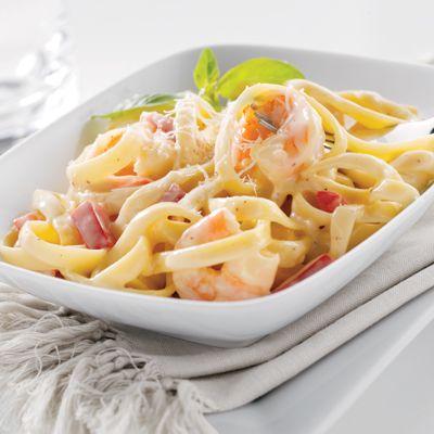Fetuchini con camarones – Prueba sabores italianos con este fetuchini cremoso, con el que se te hará agua la boca. ¡Este platillo favorito solo toma 25 minutos!
