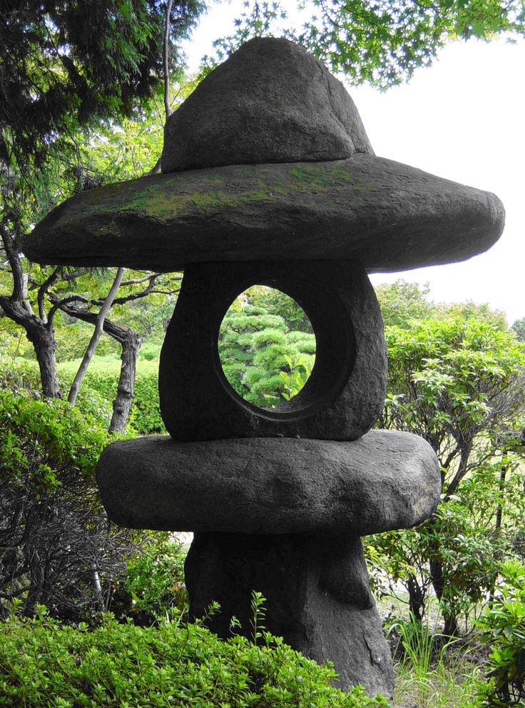 Les lanternes japonaises ( Ishi-Doro ), anciennement objets de culte n'ont plus, et ce depuis le 13ème siècle, qu'un rôle purement décoratif...