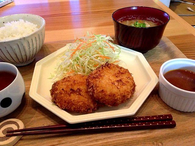 お正月にもらったズワイガニの缶詰を使ったよ(^ω^)昨日のオムライスのデミグラスソースを添えて♡ - 4件のもぐもぐ - カニクリームコロッケ by moriyoko