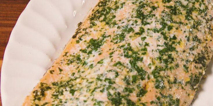 Deze halve zalm deel je met elkaar en zet je zo uit de oven op tafel - met een beetje extra Parmezaanse kaas eroverheen.