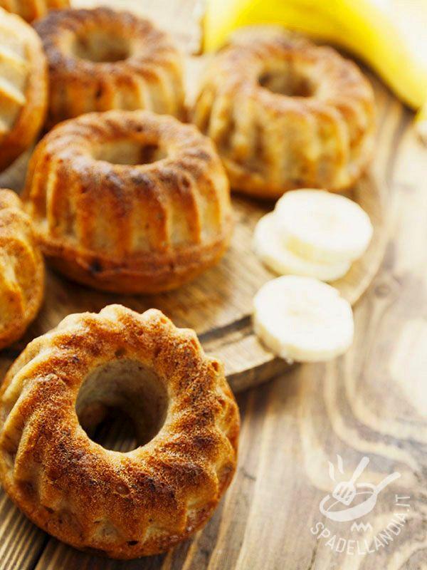 Le Ciambelline alla banana, semintegrali e arricchite con uvetta dolce, sono perfette per merenda o per accompagnare un buon tè.