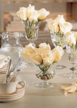 arreglos florales sencillos rosas blancas en una copa
