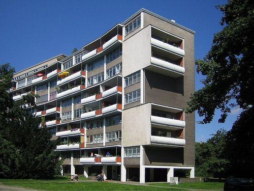 Гропиус возвращается в Берлин, где проектирует девятиэтажный жилой квартал в районе Ганзы в 1957 г. в рамках строительной выставки «Интербау» (нем. Interbau). Вогнутый южный фасад и открытый первый этаж считается типичным примером так называемого позднего модерна.