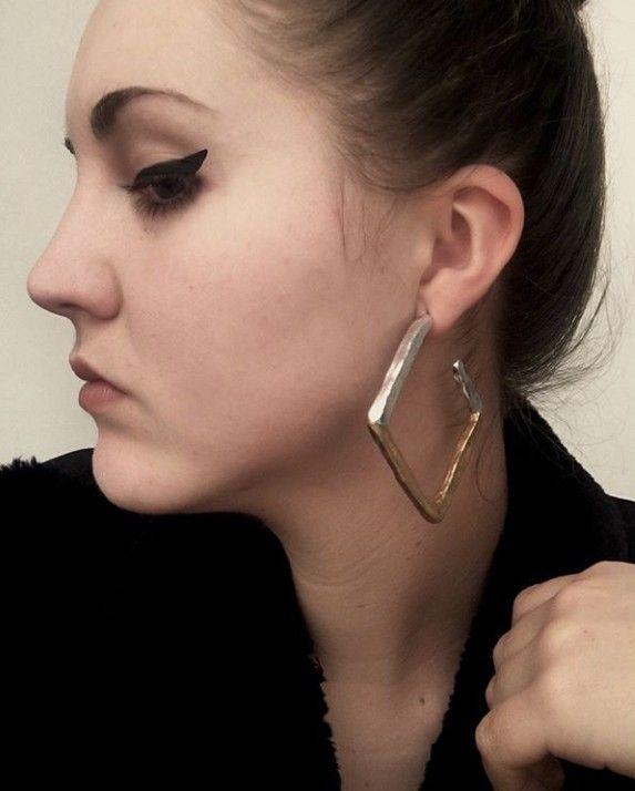 * ALEACIÓN ÁURICA *  Diseños propios hechos a mano. ⚠ Información sobre alérgenos: Perno de acero inoxidable. . . . . #8 #regalo #regaloperfecto #lainvitadaperfecta #pendientes #hechoamano #handmade #diseñopropio #silver #plata #cobre #xmas #moda #aceroinoxidable #pendientesfimo #stainlessteel #earrings #fashion #oro #invitadaperfecta #jewellery #jewellerydesign #gold #jewels #lepair #copper #regalonavidad #navidad