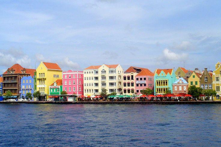 Willemstad, Antilhas Holandesas Arquitetura colonial impressionante e casas e edifícios de estilo holandês espalhados por todas as ruas, cercadas pelo maravilhoso Mar do Caribe. A capital de Curaçao, Willemstad é certamente um lugar feliz!