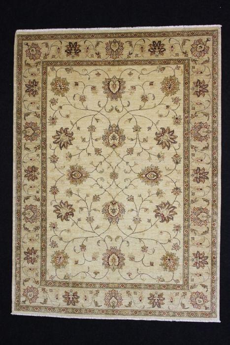 TCHUBI tapijt Afghanistan 20e eeuw 268 x 194 cm  Naam: TCHUBIOorsprong: AfghanistanAfmeting: 268 x 194 cmHand-gesponnen wol natuurlijke kleurenTCHUBI: Khal Mohammadi en Afghaanse Aqche zijn twee van de meest populaire soorten van de Afghaanse tapijten. Khal Mohammadis zijn handgeknoopte tapijten gemaakt door Turkmeense in Noord-Afghanistan. Hun belangrijkste kleuren zijn tinten van donkerrood in al zijn verschillende tinten. Motieven zijn de göl (lijkt op een olifant de voet) en de octagon…