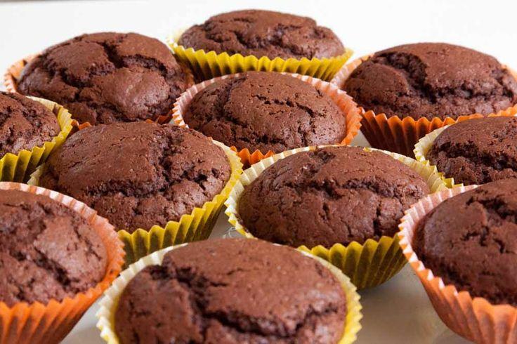 Saftige og kjempe gode sjokolademuffins som du lager på 1 - 2 - 3. Har du en pakke med kokesjokolade i skapet kan du tilslutt knekke opp ...
