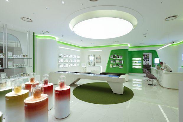 Gang-nam Amway Plaza – Seoul  a célèbre marque de produits de beauté, maison, bien-être Amway vient de lancer un concept store dans le quartier de Gang-Nam à Seoul (Corée du Sud). Baptisé Gang-nam Amway Plaza cet espace de vente répartit sur 2 niveaux à été imaginé par le cabinet d'architectes Kanproject.