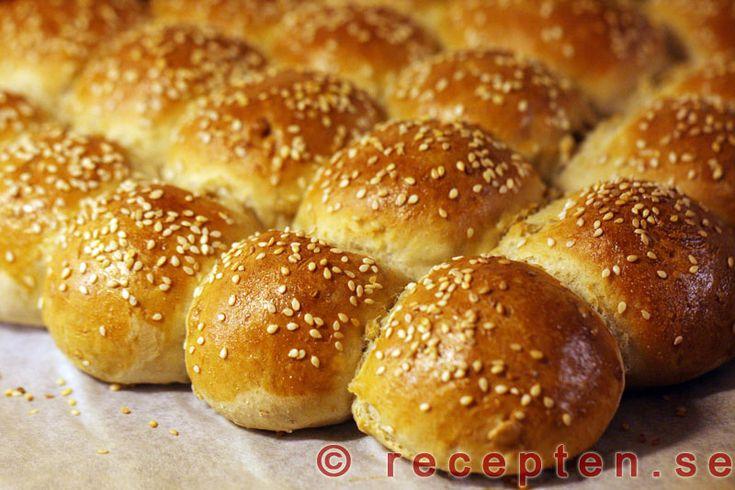 Brytbröd - Recept på brytbröd. Mycket goda och dekorativa att servera till middag, frukost eller mellanmål. Smidiga att baka.