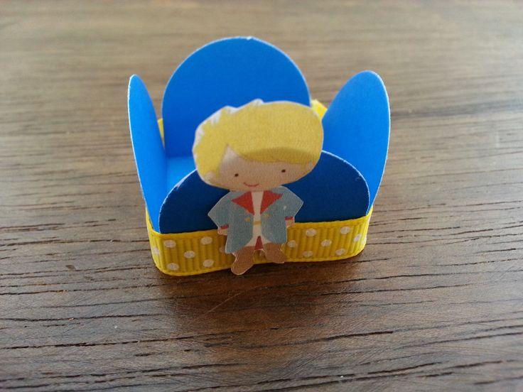 Forminha de papel com aplicação de fita de cetim/gorgorão decorado e impressão do personagem.