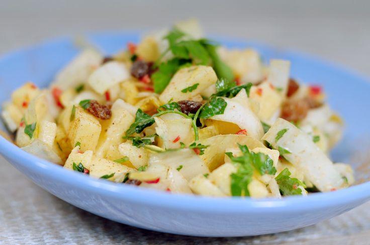 Rauwe witlof salade met appel en kaneel, rozijnen, Spaanse peper en verse peterselie. Een heerlijk frisse, zoete en licht pittige witlof salade!