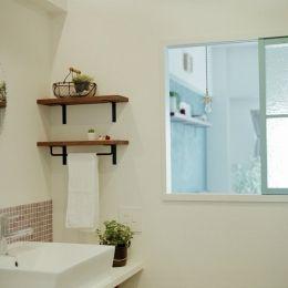 リノベーション / oliveの部屋 飾り窓でリビングと繋がる洗面室