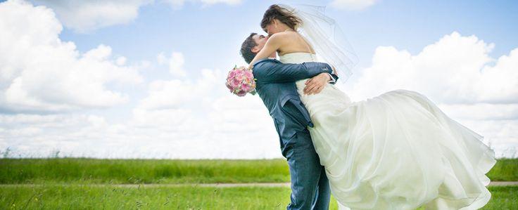 De lente komt eraan! Natuurlijk kan er nog een bak sneeuw vallen in maart, maar dat mag de pret niet drukken. De voorpret welteverstaan, want binnenkort is het op huwelijksgebied weer tijd voor allerlei vrolijke lente-bruiloften.