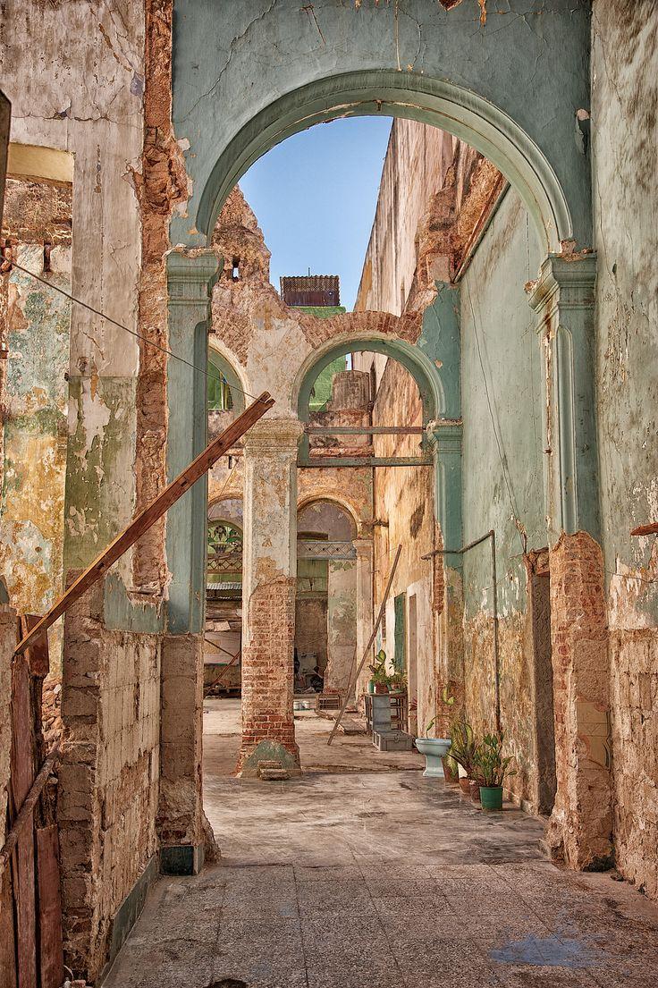 Decaying elegance . Havana