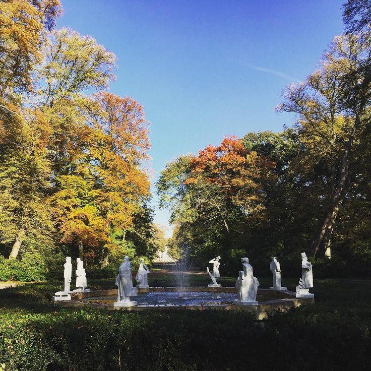 Het Hildebrandmonument is een beeldengroep in de Haarlemmerhout te Haarlem. Ze bestaat uit een achtkantige fontein met personages uit de Camera Obscura. Mooi plaatje!  #hildebrand #hildebrandmonument #fontein #haarlemmerhout #dehout #park #stadspark #bos #herfst #herfstkleuren #herfstbladeren #maandag #haarlem #heemstede #haarlemcityblog