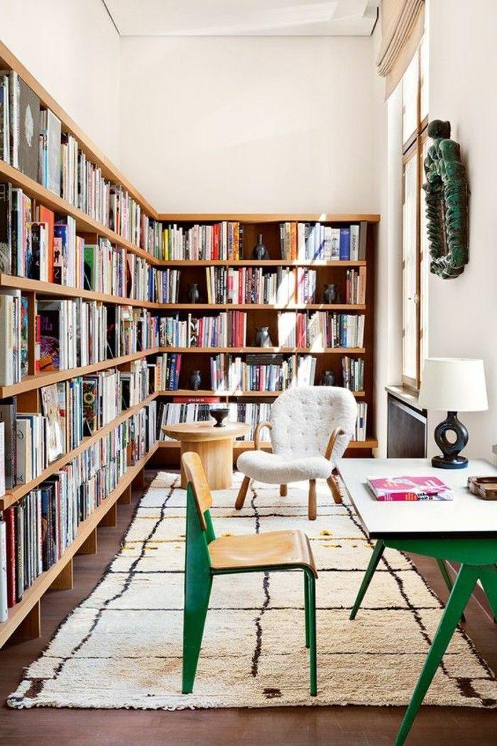 bibliothèque murale d'angle et un intérieur style boho chic