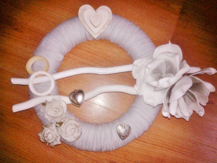 krans omwikkeld met lintgaren en gedecoreerd met houten accesoires en foam bloemen