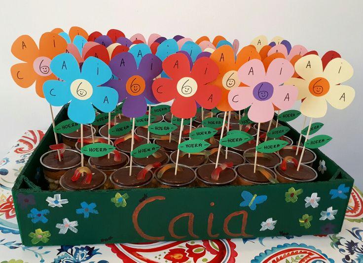 Vrolijke bloemen traktatie - by Tilia - beker met popcorn, koek en snoepwormpje