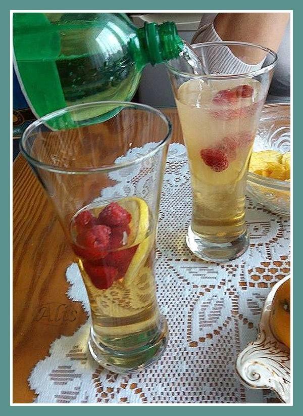 martini domowe, z mrożonymi owocami i cytryną