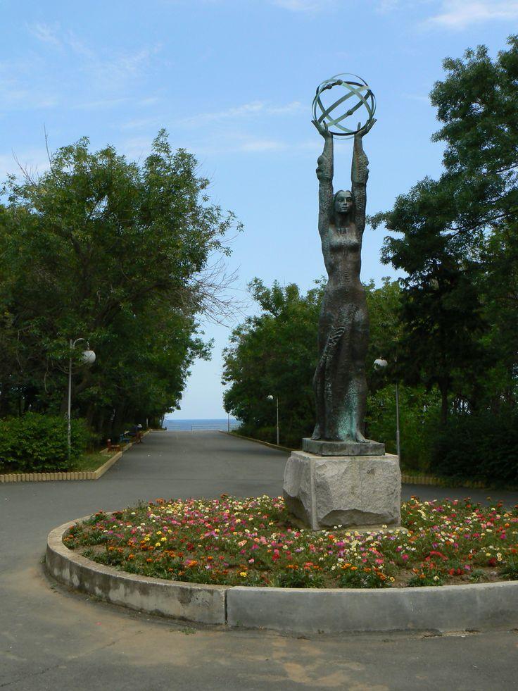 Description Tsarevo-sea-garden-statue.jpg