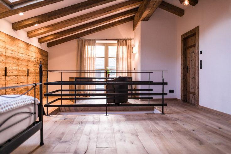 Massiver-Dielenboden-mit-Treppen-Geländer-aus-Stahl-1024x683.jpg 1.024×683 Pixel