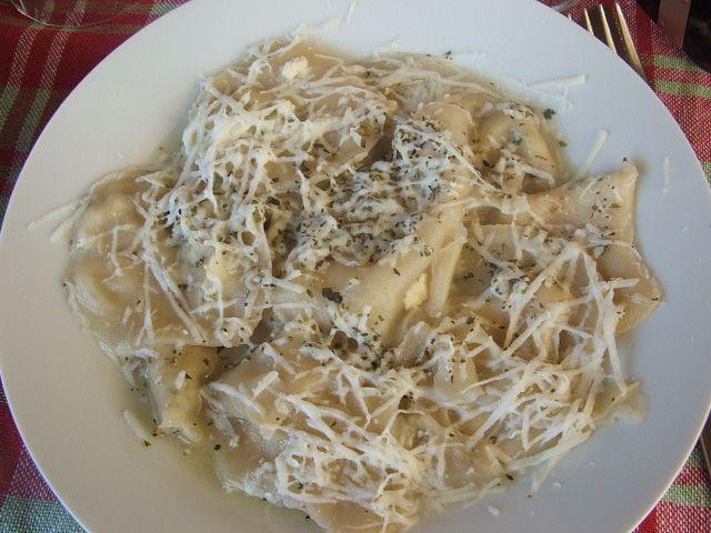 Kıbrıs Yemekleri - PİROHU - Pirohuya Kıbrıs mantısı desek, bir şey dışında yanlış demiş olmayız. O bir şey de bildiğimiz mantıya et konurken, pirohuya patates ya da nor peyniri konmasıdır.  Not: Lor peynirine Kıbrıs'ta nor peyniri denir.
