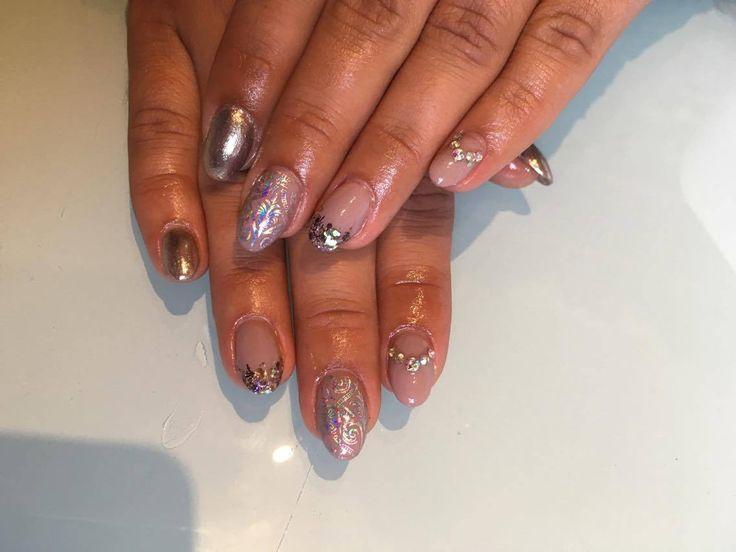 Lækre gele negle i nude, med nal art dekoration i negle folie, negle diamanter, negle pigment lavet af vores søde nye elev Camilla
