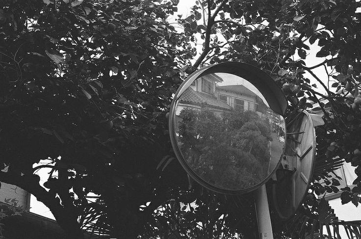 カーブミラー (The traffic mirror)
