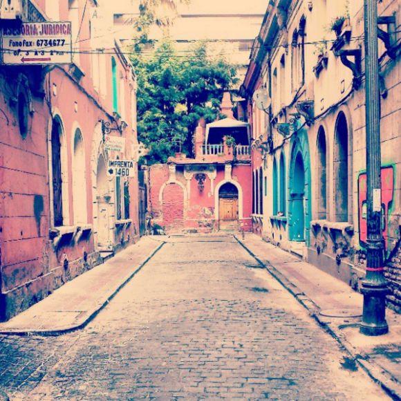 Calle Huérfanos antes de Manuel Rodriguez, Santiago centro. Cortesía @laciudadalinsta
