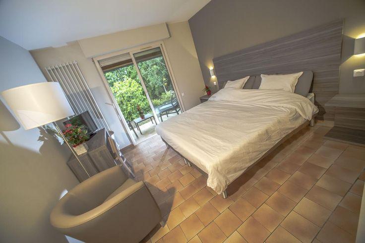 """Notre village """"la Tour Carrée"""" vous présente ses nouvelles chambres spacieuse et lumineuse.  Venez découvrir notre nouveau village """"la Tour Carrée"""" en Provence, avec le chant des cigales, parfait pour des vacances apaisées. Pas loin du bord de mer, vous pourrez flâner sur la plage. Propice pour la détente et de nombreuses découvertes. #chambre #décoration #idée #location #cosy #alpes #maritime #carrelage #peymeinade #lumineuse #blanc #beige #ternélia"""